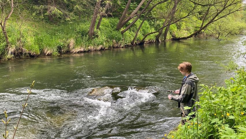Petri Heil! Fast jeder Anfänger kann sein an der Mürz erstes Erfolgserlebnis beim Fischen verbuchen.