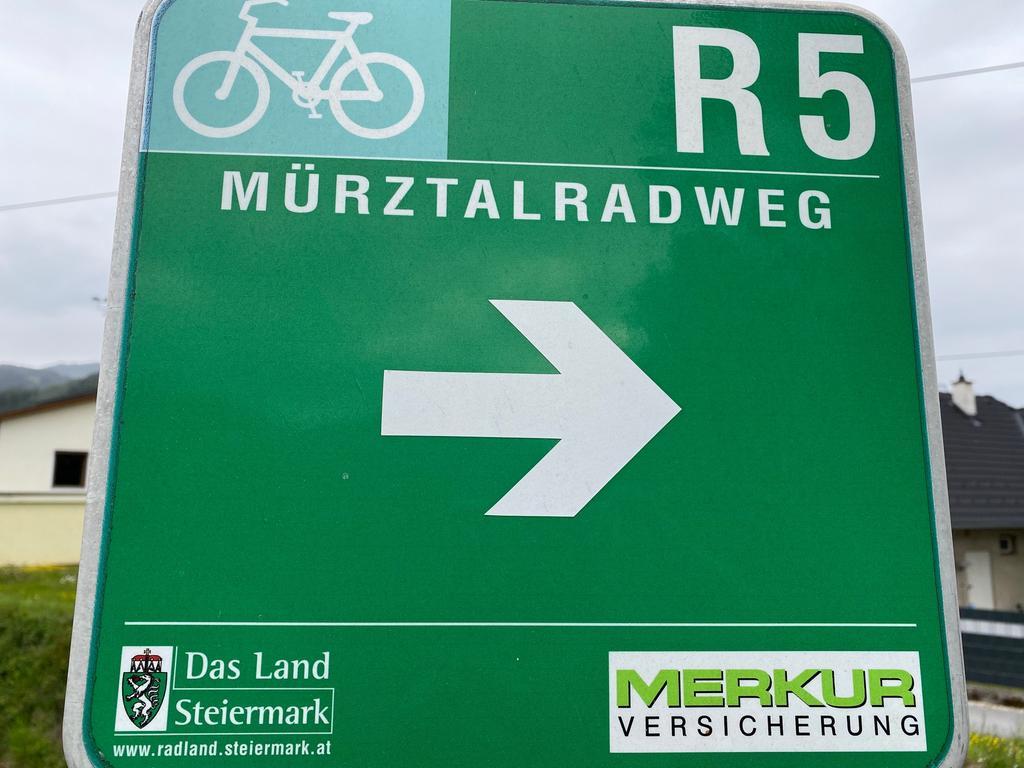 Foto: Michael Husarek - 05/2021 gesp...Motiv: Österreich Steiermark Hochsteiermark Tourismus..Reise Schild Mürztalradweg..