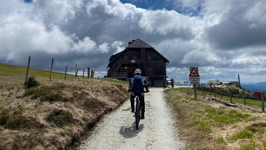 Ziel (fast) erreicht: Das Roseggerhaus liegt vor uns. Dort, auf 1588 Metern Höhe, bietet sich eine Mittagspause an. Die Kaspressknödelsuppe ist beispieslweise sehr zu empfehlen.