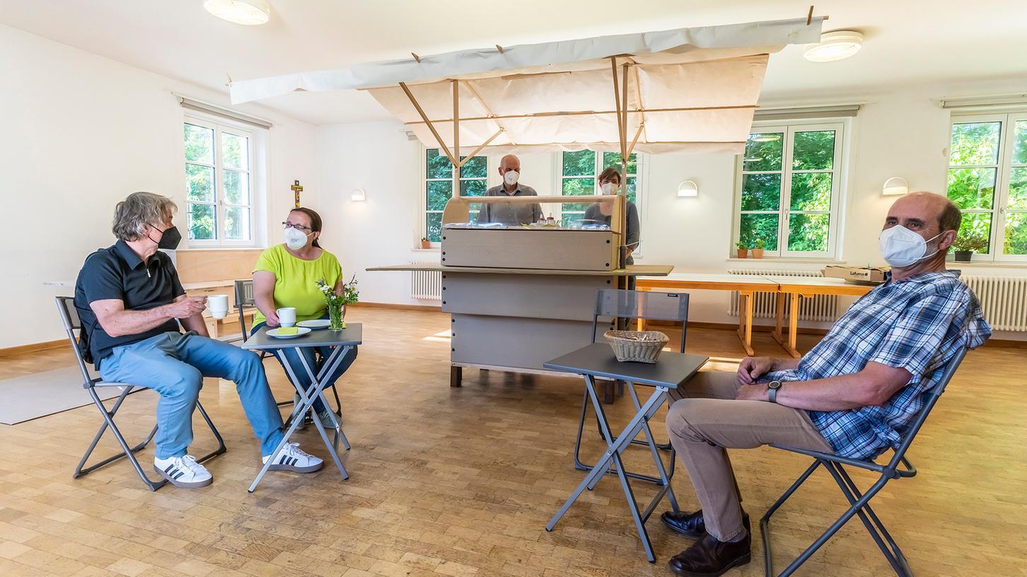 Einehrenamtliches Team der evangelisch-lutherischen Kirchengemeinde Herzogenaurach arbeitet an einem
