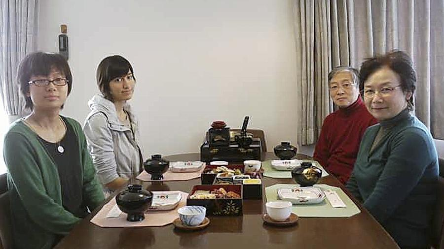 Lena Hundhausen (2. v. l.) in ihrer Gastfamilie mit Tochter und Freundin Asako Suemoto, Vater Tohru und Mutter Mari Suemoto beim traditionellen Neujahrsessen. Der Physik-Professor Suemoto ist ein Bekannter von Prof. Martin Hundhausen.