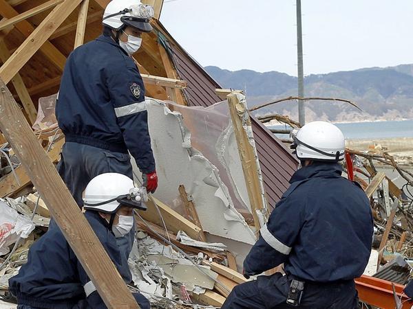 Bilder, die auch Lena Hundhausen verstörten: Japanische Rettungskräfte suchen Überlebende.
