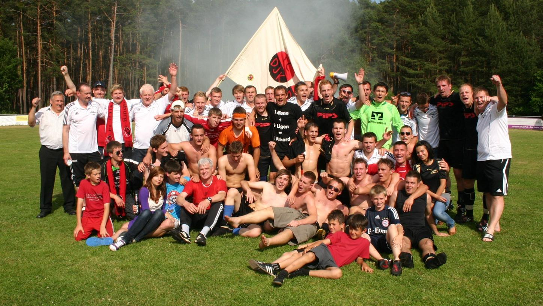 Fußball-Feiertag: Heute vor zehn Jahren bejubelten Mannschaft, Verantwortliche und Fans des FC/DJK Weißenburg nach einem furioen 9:1-Sieg beim SC Stirn die Meisterschaft in der Kreisklasse Süd.