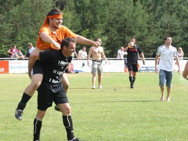 Ausgelassene Fußballer: Vor zehn Jahren feierten bei den Weißenburgern unter anderem auch der heutige Vorstand, Abteilunsgleiter und Trainer Philipp Naß (oben) sowie Ligen-Rekordmann Werner Rank.