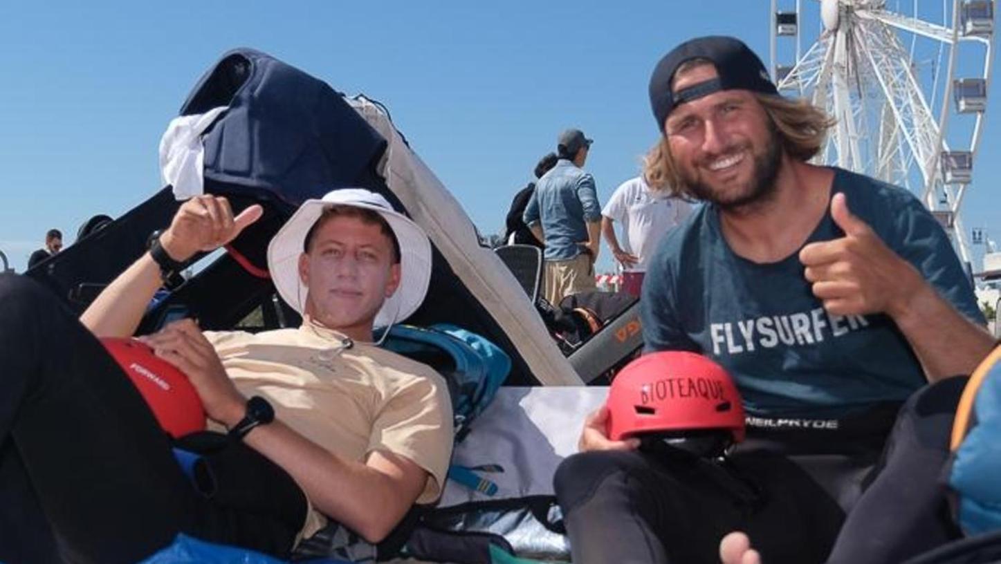 Nach Platz zwei fällt das Lachen nicht schwer: Gruber (rechts) gut gelaunt mit einem Kollegen am Strand von Rimini.