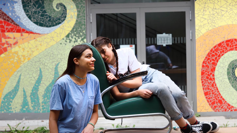 In sechs Szenen zeigen die Schülerinnen, wie eine Depression bei Jugendlichen aussehen kann, hier mit Lina Weckert und Alexandra Marquardt.