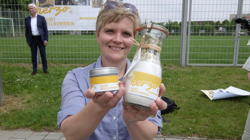 Brotbackmischung und Salz für die Journalisten zeigt Bettina Geier-Hildel.