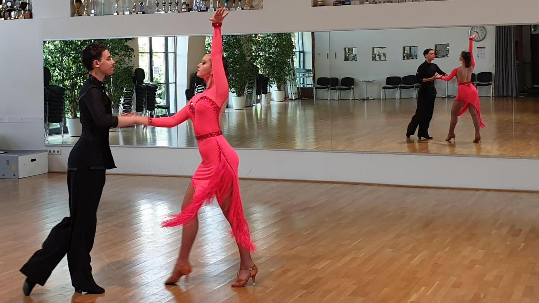 Immer schön Haltung bewahren. Das Kaderpaar Sophie Kondratenko und Adrian Enes schwebt elegant durch den geräumigen Tanzsaal des TSC auf dem früheren Kasernengelände.