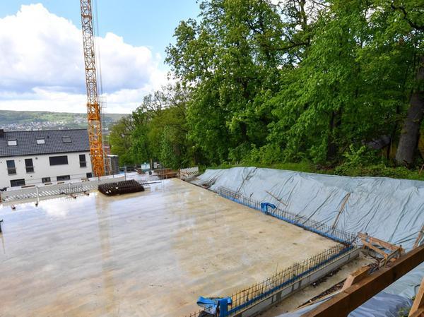 Das ist die Bodenplatte des Mehrfamilienhauses, dessen Bau momentan still steht. Denn ein Kellerstollen reicht teilweise bis unter die Baustelle.