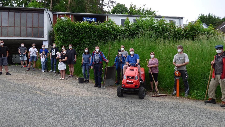 Mit Rasentraktor und Gartenwerkzeug waren die Mitglieder des Fördervereins Höhenschwimmbad Gößweinstein zu einer Protestaktion vor dem Eingang des Bades angerückt.
