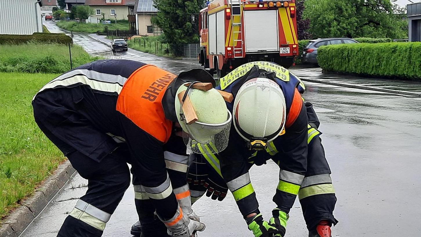 Viele Kanaldeckel wurden infolge des Starkregens hochgehoben. Die Feuerwehr prüfte diese Stellen und reinigte bei Bedarf.