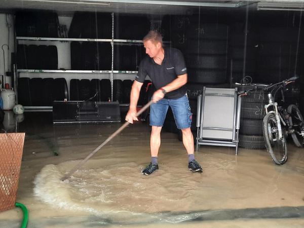 An der tiefsten Stelle im Industriegebiet Lohe fasste der Kanal das Regenwasser nicht. Bei Familie Bühl und im unteren Bereich der Werkstatt von Thorsten Eckert (Bild) liefen die Keller voll.