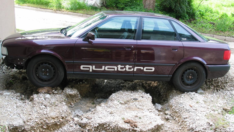 Der Besitzer dieses liebevoll gepflegten Audis staunte nach Abfluss der Wassermassen in Ostheim nicht schlecht: Der Wagen steht quasi wie auf Stelzen, der Parkplatz wurde vollkommen unterspült.