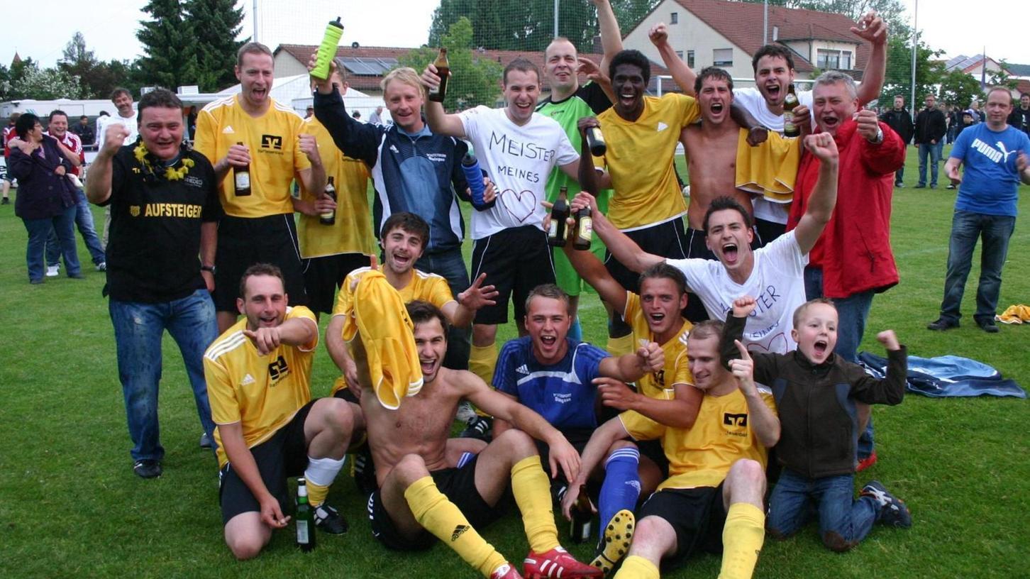 Im Freudentaumel: Mit dieser Truppe gewann die TSG Solnhofen vor zehn Jahren das Entscheidungsspiel um den Kreisliga-Titel und stieg in die Bezirksliga auf.