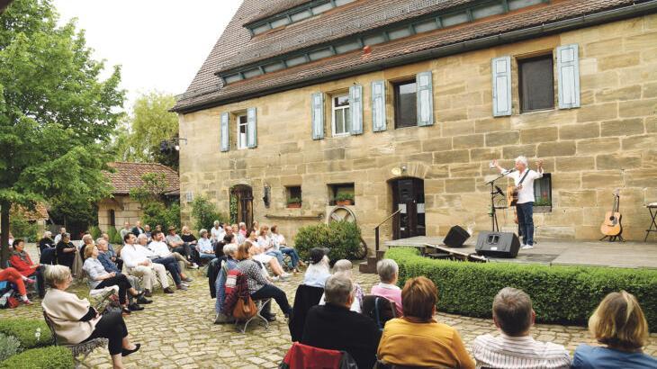 Mitsingen war nicht erlaubt, die Freude bei den 60 Zuschauern war dennoch groß. Für Musiker und Moderator Werner Schmidbauer war es der erste Auftritt seit acht Monaten.