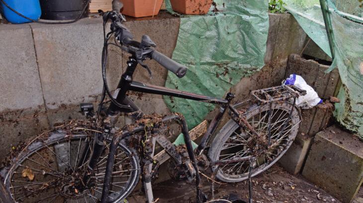 An der Mauer und am Fahrrad beim Garageneingang von Claudia Lossi-Zahner kann man sehen, wie hoch das Wasser am Wochenende in Ludersheim anstieg.