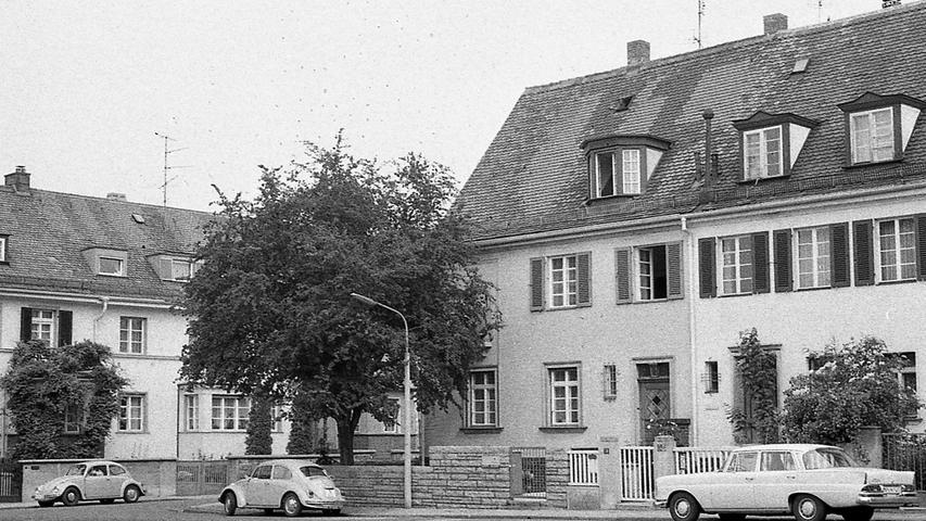 Aus einem zivilen Streifenwagen (links) heraus bewacht die Kripo das Wohnhaus der türkischen Konsulatsangestellten am Danziger Platz (rechts). Alle zwei Stunden wird die Wachmannschaft gewechselt. Auch das Fahrzeug wird ausgetauscht, insgesamt zwölfmal in 24 Stunden. Hier geht es zum Kalenderblatt vom 10. Juni 1971: Terroristen drohen mit Entführung.