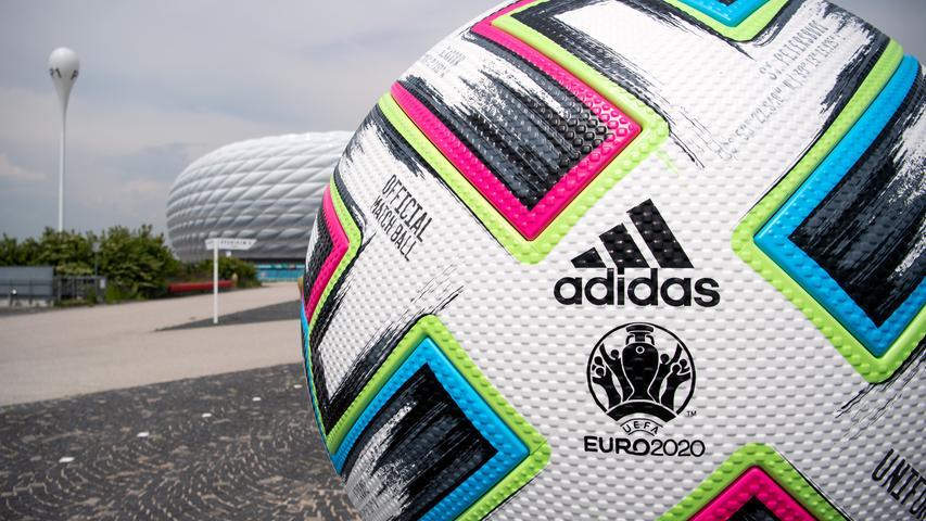 """F wie Fußball:Das runde Ding, das ins Eckige muss, hat einen Umfang von mindestens 68 und höchstens 70 Zentimetern. Es muss mindestens 410 und darf höchstens 450 Gramm wiegen. Der Mann mit der Luftpumpe muss einen Druck zwischen 0,6 und 1,1 Bar in die Pflunze pressen. Ja, auch der Ball ist eine Wissenschaft für sich, und immer zu WMs und EMs bekommt er sogar einen Namen. Zur Paneuropa-Euro heißt er """"Uniforia"""", ein Kunstwort, gebildet aus den Begriffen unity (Einheit) und euphoria (Euphorie). Wie in der Vergangenheit ganz oft, kommt er aus dem Hause Adidas, dem langjährigen Partner der UEFA. Die Vorgänger von """"Uniforia"""" hießen übrigens """"Beau Jeu"""" (2016), """"Tango 12"""" (2012), """"Europass"""" (2008), """"Roteiro"""" (2004), """"Terrestra Silverstream"""" (2000), """"Questra Europa"""" (1996), """"Etrusco Unico"""" (1992), """"Tango Europa"""" (1988), """"Tango Mundial"""" (1984), """"Tango Italia"""" (1980) und """"Telstar Durlast"""" (1972 und 1976). Mein persönlicher Lieblingsball ist allerdings der, den es zur WM 1962 in Chile gegeben hat: """"Mr. Crack""""."""