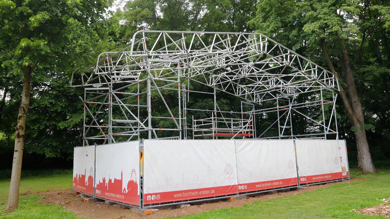 Die neue Kulturbühne im Freibad steht bereits.