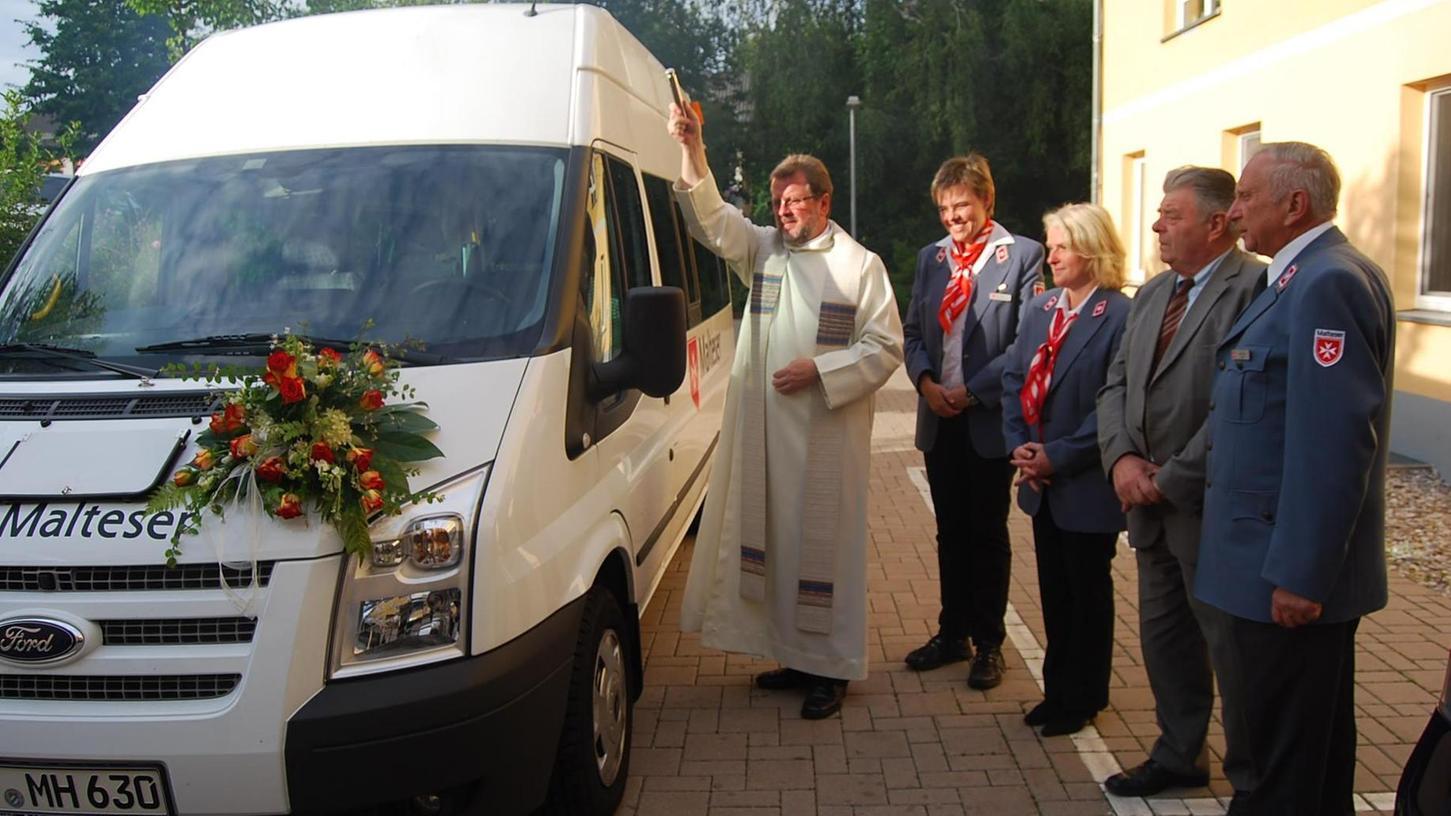 Es war eins von mehreren Malteser-Fahrzeugen, das in knapp 30 Jahren Menschen durch Pegnitz gefahren hat. Dekan Dominik Sobolewski hat es 2012 geweiht.