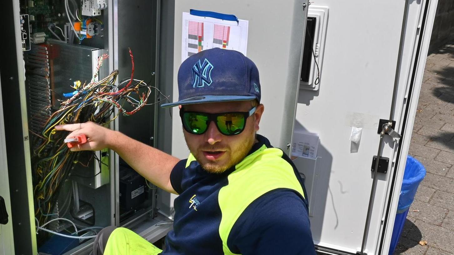 Vor allem an Schaltschränken und Kabeln mussten die Facharbeiter ran. Bereits heute sollen die Arbeiten abgeschlossen werden.