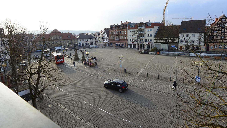 Der Paradeplatz in seiner heutigen Form. Nach dem Umbau, der heuer beginnen soll, wird es mehr Bäume geben. Das ist auch dringend nötig, denn momentan wirkt er mit seiner großen versiegelten Fläche wie eine Wärmeinsel mitten in der Stadt.