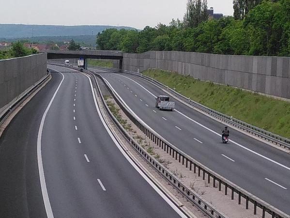 Die wuchtigen Lärmschutzwände entlang der Autobahn im Stadtgebiet von Forchheim schützen zwar die Nachbarschaft vor allzu lauter Belastung mit Krach. Aber gleichzeitig behindern sie wie eine Barriere die Durchströmung der Stadt mit Frischluft.