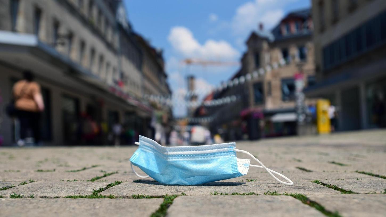 Während andere Orte die Maskenpflicht im Zentrum auslaufen ließen, hat die Stadt Fürth die Regelung um vier Wochen verlängert.