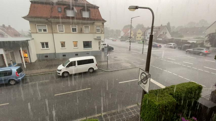 Auch das Bundesland Bayern blieb am Dienstag (08.06.2021) nicht trocken. Am späten Nachmittag zog ein starkes Gewitter über Nürnberg hinweg und setzte dabei einige Straßen unter Wasser. Neben dem Starkregen, kam es zwischenzeitlich auch zu Hagelfällen. Autos und Fußgänger kämpften sich jedoch weiter durch das Nass.Bereits der Deutsche Wetterdienst gab eine amtliche Unwetterwarnung für weite Teile Frankens heraus. Neben Gewittern kann es auch zu Starkregen, Sturmböen und Hagel kommen.  Foto: NEWS5 / Grundmann Weitere Informationen... https://www.news5.de/news/news/read/21080