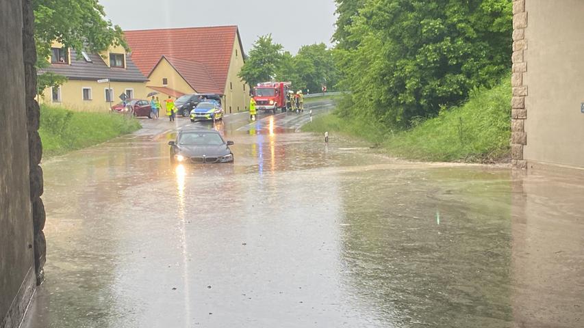Auch das Bundesland Bayern blieb am Dienstag (08.06.2021) nicht trocken. Am späten Nachmittag zog ein starkes Gewitter über Nürnberg hinweg und setzte dabei einige Straßen unter Wasser. Neben dem Starkregen, kam es zwischenzeitlich auch zu Hagelfällen. Autos und Fußgänger kämpften sich jedoch weiter durch das Nass. Eine Unterführung lief in Nürnberg mit Wasser voll, sodass es zwischenzeitlich zu starken Verkehrsbehinderungen kam.Auch in Winterschneidbach im Landkreis Ansbach kam es zu heftigen Regenfällen. Ein BMW steckte in einer Unterführung fest, die durch den heftigen Regen mit Wasser vollgelaufen waren. Einsatzkräfte waren vor Ort um das Fahrzeug samt Fahrer aus dem Nass zu befreien.Bereits der Deutsche Wetterdienst gab eine amtliche Unwetterwarnung für weite Teile Frankens heraus. Neben Gewittern kann es auch zu Starkregen, Sturmböen und Hagel kommen.  Foto: NEWS5 / Bauernfeind Weitere Informationen... https://www.news5.de/news/news/read/21080