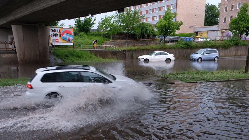 Auch das Bundesland Bayern blieb am Dienstag (08.06.2021) nicht trocken. Am späten Nachmittag zog ein starkes Gewitter über Nürnberg hinweg und setzte dabei einige Straßen unter Wasser. Neben dem Starkregen, kam es zwischenzeitlich auch zu Hagelfällen. Autos und Fußgänger kämpften sich jedoch weiter durch das Nass. Eine Unterführung lief in Nürnberg mit Wasser voll, sodass es zwischenzeitlich zu starken Verkehrsbehinderungen kam.Auch in Winterschneidbach im Landkreis Ansbach kam es zu heftigen Regenfällen. Ein BMW steckte in einer Unterführung fest, die durch den heftigen Regen mit Wasser vollgelaufen waren. Einsatzkräfte waren vor Ort um das Fahrzeug samt Fahrer aus dem Nass zu befreien.Bereits der Deutsche Wetterdienst gab eine amtliche Unwetterwarnung für weite Teile Frankens heraus. Neben Gewittern kann es auch zu Starkregen, Sturmböen und Hagel kommen.  Foto: NEWS5 / Grundmann Weitere Informationen... https://www.news5.de/news/news/read/21080