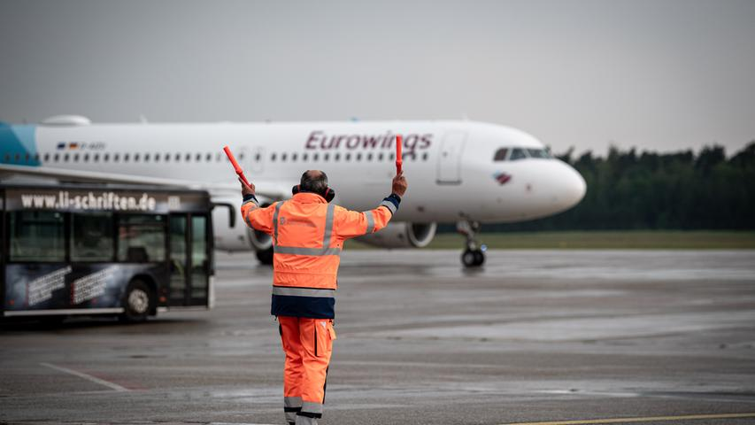 08.06.2021 --- Fussball - UEFA Euro 2021 --- Medientermin Pressetermin - Presse-/Sportofoto Wolfgang Zink / ThHa --- Ankunft der Deutschen Fussball Nationalmannschaft / DFB / Die Mannschaft ---  am Flughafen Nürnberg Albrecht Dürer ---   Eurowings Maschine der Nationalmannschaft landet am Flughafen Nürnberg und wird eingewunken
