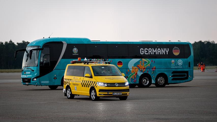 08.06.2021 --- Fussball - UEFA Euro 2021 --- Medientermin Pressetermin - Presse-/Sportofoto Wolfgang Zink / ThHa --- Ankunft der Deutschen Fussball Nationalmannschaft / DFB / Die Mannschaft ---  am Flughafen Nürnberg Albrecht Dürer ---   Bus der Deutschen Nationalmannschaft hinter dem Airport Operations Supervisor Fahrzeug