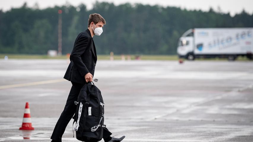 08.06.2021 --- Fussball - UEFA Euro 2021 --- Medientermin Pressetermin - Presse-/Sportofoto Wolfgang Zink / ThHa --- Ankunft der Deutschen Fussball Nationalmannschaft / DFB / Die Mannschaft ---  am Flughafen Nürnberg Albrecht Dürer ---   Thomas Müller Mueller (25, Deutschland )