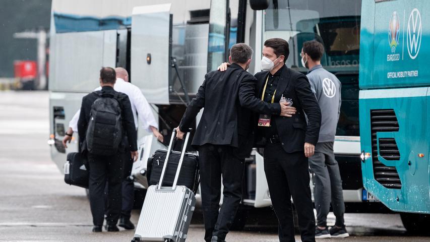 08.06.2021 --- Fussball - UEFA Euro 2021 --- Medientermin Pressetermin - Presse-/Sportofoto Wolfgang Zink / ThHa --- Ankunft der Deutschen Fussball Nationalmannschaft / DFB / Die Mannschaft ---  am Flughafen Nürnberg Albrecht Dürer ---   herzliche Begrüßung am Mannschaftsbus