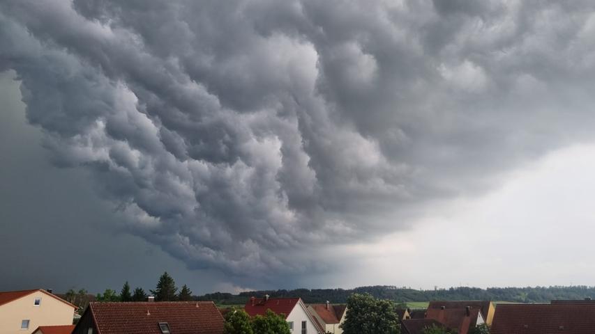 Auch das Bundesland Bayern blieb am Dienstag (08.06.2021) nicht trocken. Am späten Nachmittag zog ein starkes Gewitter über Nürnberg hinweg und setzte dabei einige Straßen unter Wasser. Neben dem Starkregen, kam es zwischenzeitlich auch zu Hagelfällen. Autos und Fußgänger kämpften sich jedoch weiter durch das Nass. Eine Unterführung lief in Nürnberg mit Wasser voll, sodass es zwischenzeitlich zu starken Verkehrsbehinderungen kam.Auch in Winterschneidbach im Landkreis Ansbach kam es zu heftigen Regenfällen. Ein BMW steckte in einer Unterführung fest, die durch den heftigen Regen mit Wasser vollgelaufen waren. Einsatzkräfte waren vor Ort um das Fahrzeug samt Fahrer aus dem Nass zu befreien. Ein Dashcamvideo zeigt wie ein Blitz vom Himmel zuckt. InObernzenn- Oberaltenbernheim imLandkreis Neustadt an der Aisch-Bad Windsheim lief eine Staatsstraße voll Wasser. Feuerwehrkräfte sorgten auch hier dafür, dass die Fahrbahn wieder befahren werden konnte.Auch im Landkreis sowie in der Stadt Bamberg kam es zu starken Gewittern. Ein Zeitraffer zeigt, wie sich das Gewitter aufbaut.Bereits der Deutsche Wetterdienst gab eine amtliche Unwetterwarnung für weite Teile Frankens heraus. Neben Gewittern kann es auch zu Starkregen, Sturmböen und Hagel kommen.  Foto: NEWS5 / DESK Weitere Informationen... https://www.news5.de/news/news/read/21080