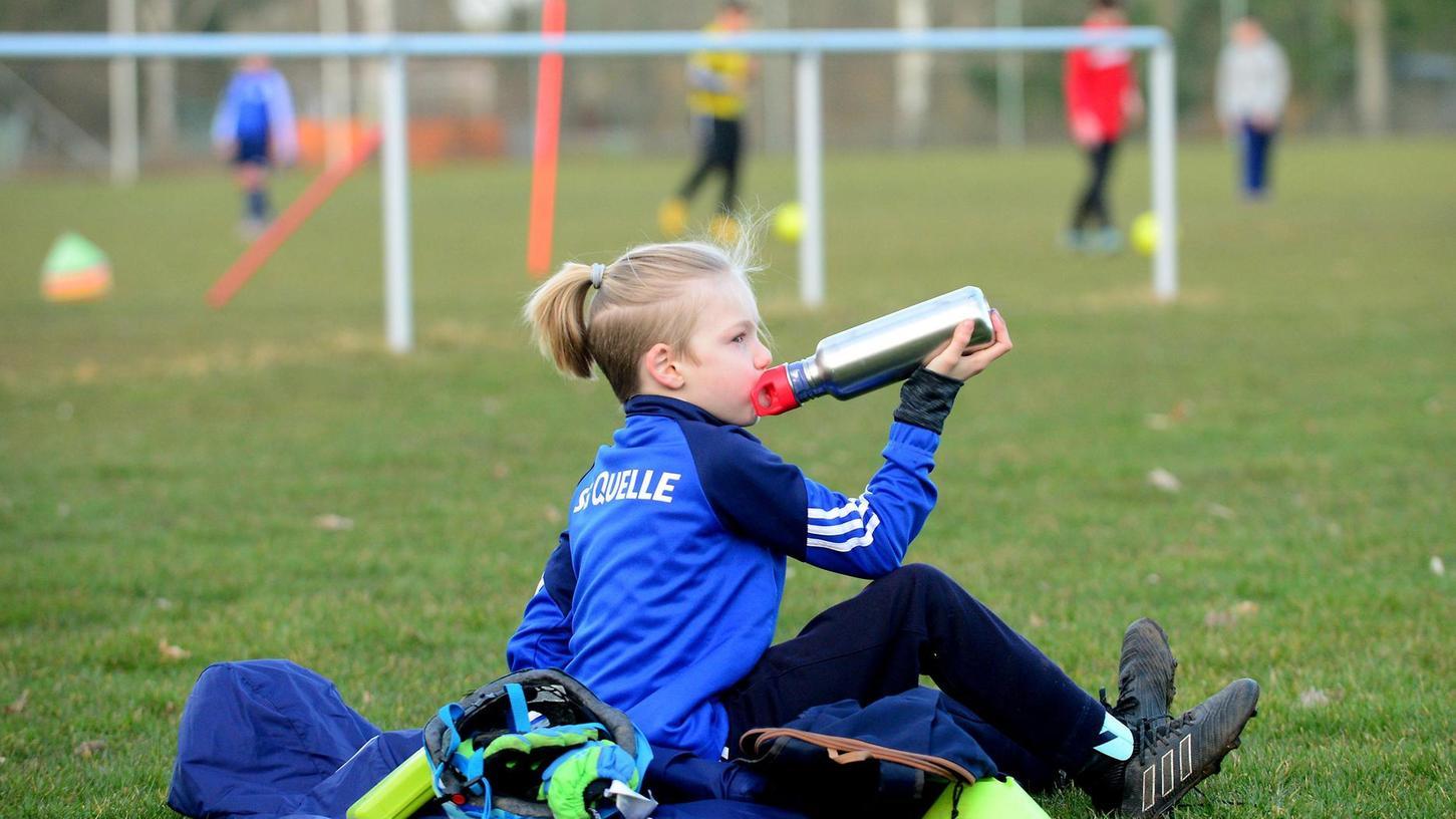 Das Fußballtraining muss nicht mehr kontaktlos ablaufen: Jetzt können die Mannschaften wieder normal üben.