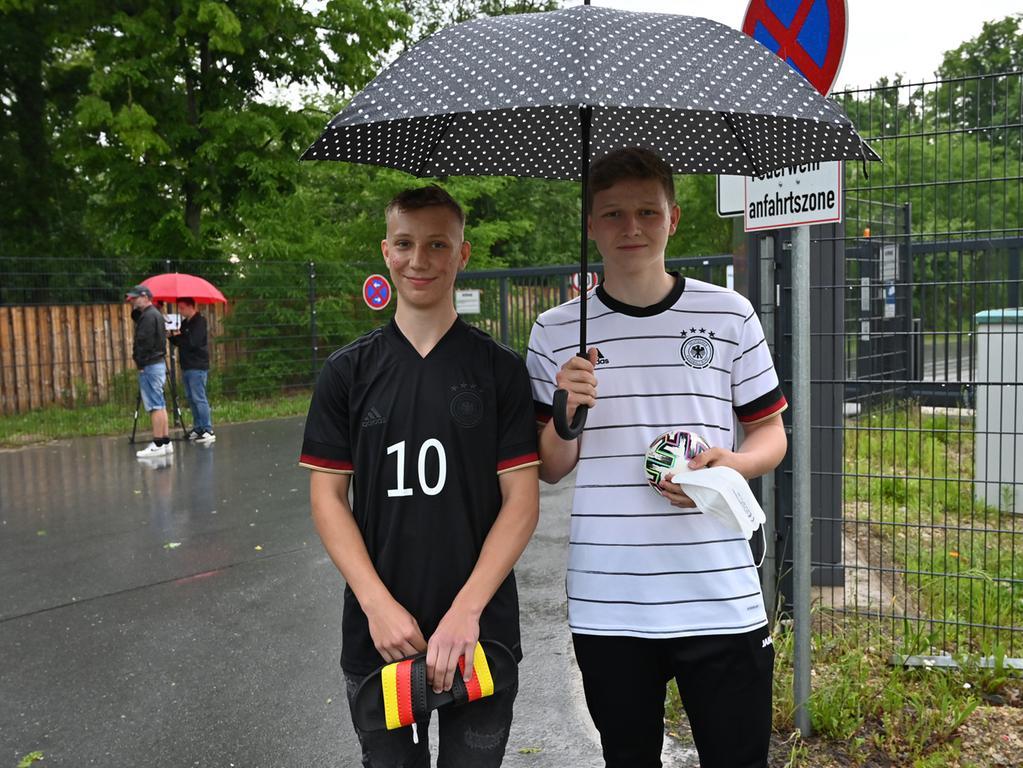 Die Deutsche Fußball-Nationalmannschaft hat ihr EM-Quartier bei Adidas in Herzogenaurach bezogen. Der Medienauflauf war enorm, und an die 100 Fans hatten sich auch am Eingang zum Quartier eingefunden. Leonhard und Simon aus Eltmann hofften auf Autogramme. Foto: Klaus-Dieter Schreiter