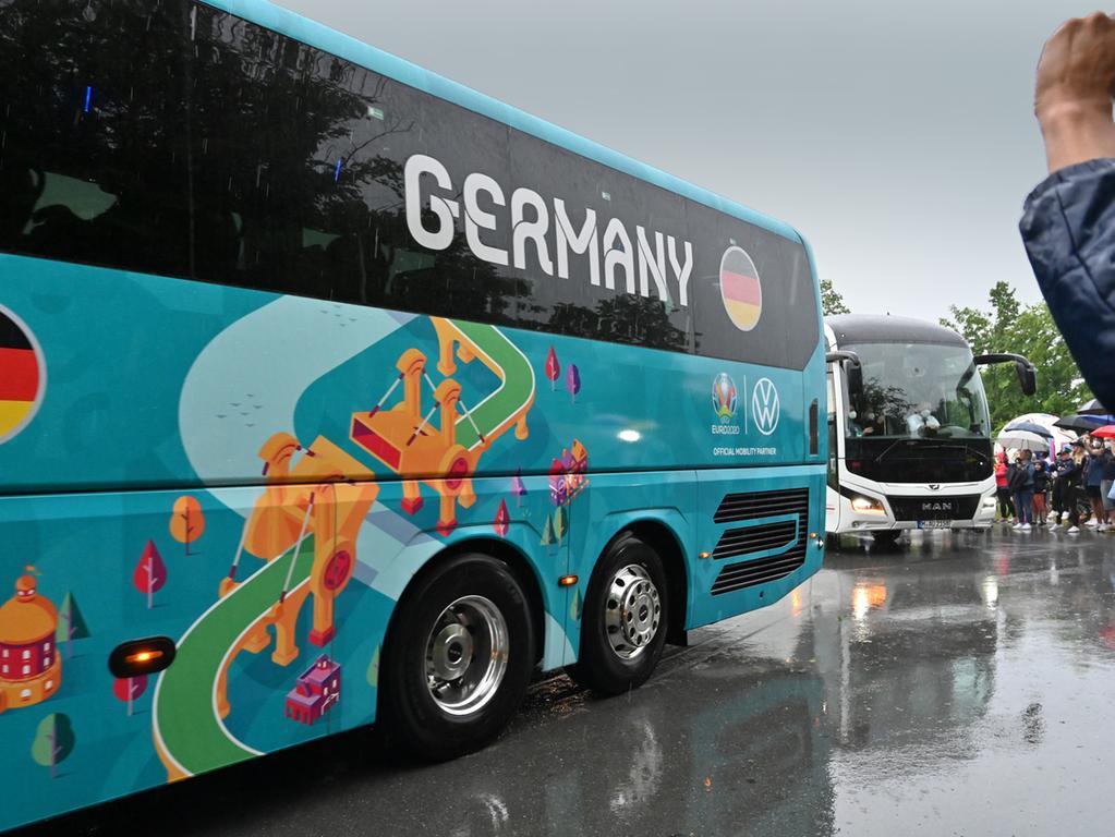 Die Deutsche Fußball-Nationalmannschaft hat ihr EM-Quartier bei Adidas in Herzogenaurach bezogen. Der Medienauflauf war enorm, und an die 100 Fans hatten sich auch am Eingang zum Quartier eingefunden.   Und dann kam endlich der Mannschaftsbus. Foto: Klaus-Dieter Schreiter