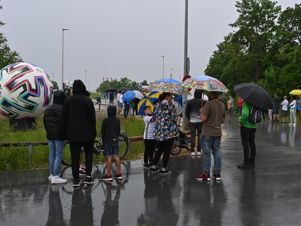 Die Deutsche Fußball-Nationalmannschaft hat ihr EM-Quartier bei Adidas in Herzogenaurach bezogen. Der Medienauflauf war enorm, und an die 100 Fans hatten sich auch am Eingang zum Quartier eingefunden.  Foto: Klaus-Dieter Schreiter