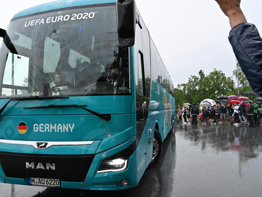 Die Deutsche Fußball-Nationalmannschaft hat ihr EM-Quartier bei Adidas in Herzogenaurach bezogen. Der Medienauflauf war enorm, und an die 100 Fans hatten sich auch am Eingang zum Quartier eingefunden.  Und dann kam endlich der Mannschaftsbus. Und Jogi winkt. Foto: Klaus-Dieter Schreiter