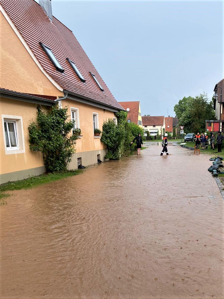 FOTO: 9.6.2021; Gerhard Durst MOTIV: Hochwasser Windsfeld; braune Brühe zieht durch die Ortschaft
