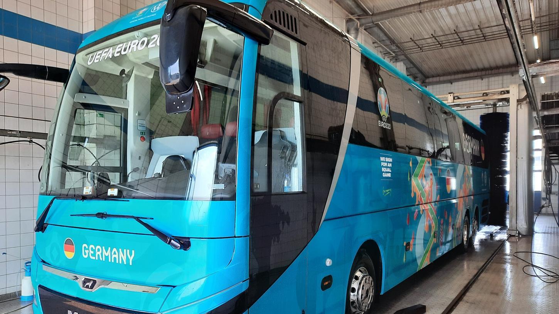Frisch geduscht und bereit für die Fahrt zum Nürnberger Flughafen: Der Bus der deutschen Fußball-Nationalmannschaft in der Waschanlage der Wormser AG in Herzogenaurach.