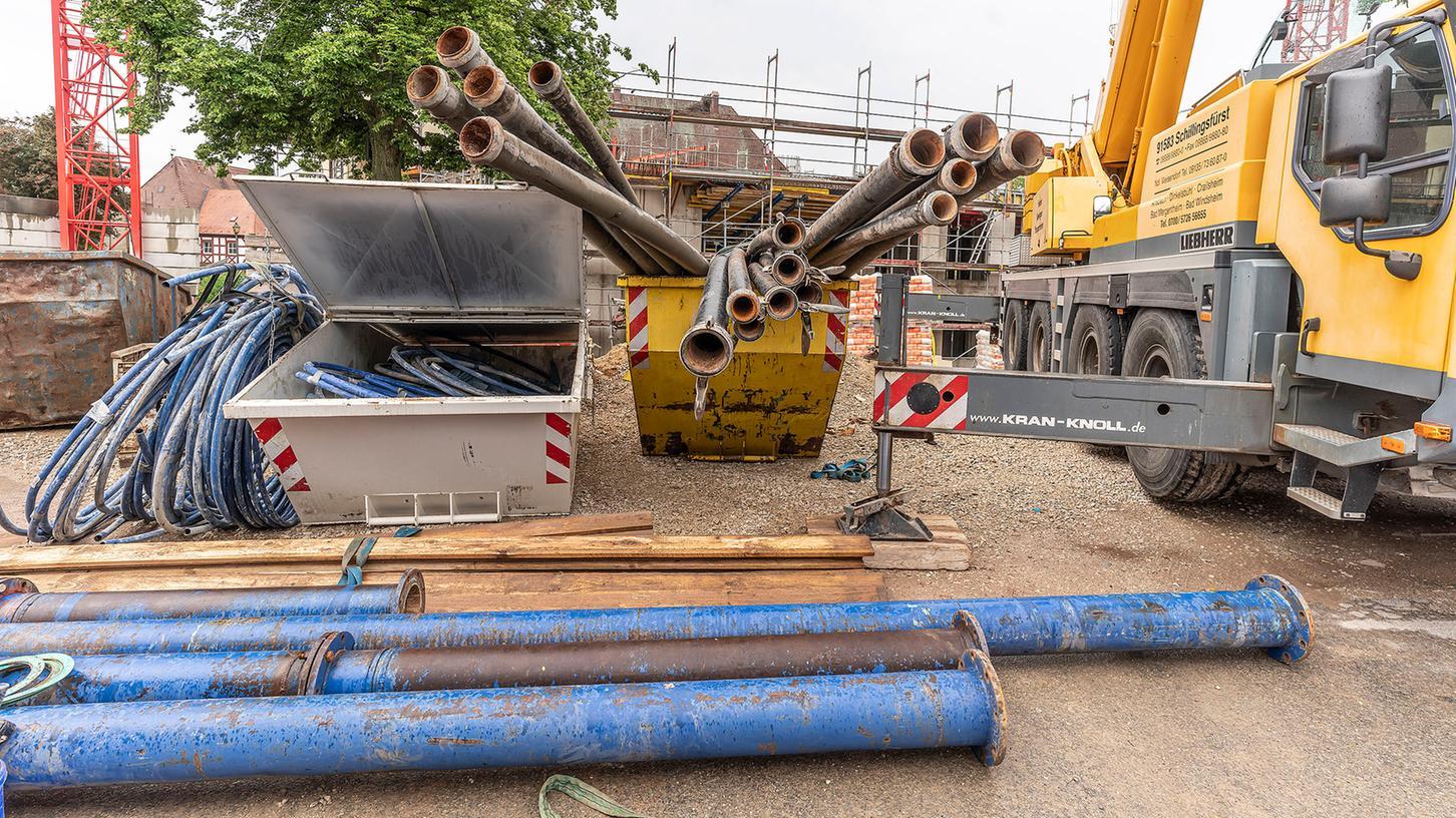 Die Rohre, mit denen monatelang Grundwasser aus der Baugrube des Herzogenauracher Rathaus-Neubaus abgepumpt wurde, sind inzwischen abgebaut. Nur noch eine unterirdische Druckleitung ist übrig.