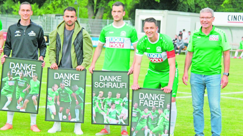 Abschiede nach einer erfolgreichen Ära: Unter anderem verlassen Michael Panknin, Ismailcan Usta, Lucas Schraufstetter und Fabian Eberle (von links) den VfB Eichstätt. Sportvorstand Hans Benz (rechts) bedankte sich im Namen des Vereins bei den Spielern.