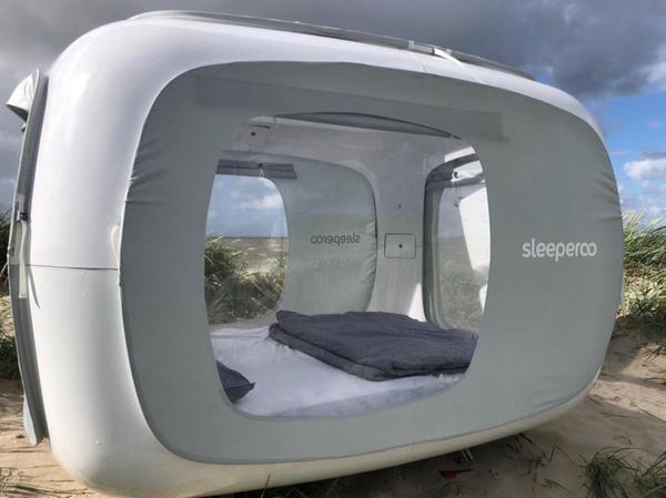 Fenster zu allen Seiten und minimalistische Ausstattung: So sieht der Sleeperoo-Cube aus.
