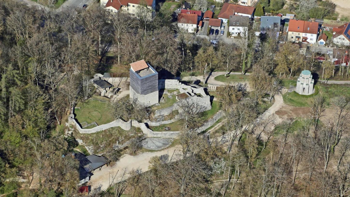 Statt auf dem Turm, wird die ausgefallene Übernachtungsmöglichkeit nun umgeben von alten Mauern, im ehemaligen Burgzimmer (mi. im Bild, rechts von dem Gebäude mit braunem Dach) aufgebaut.