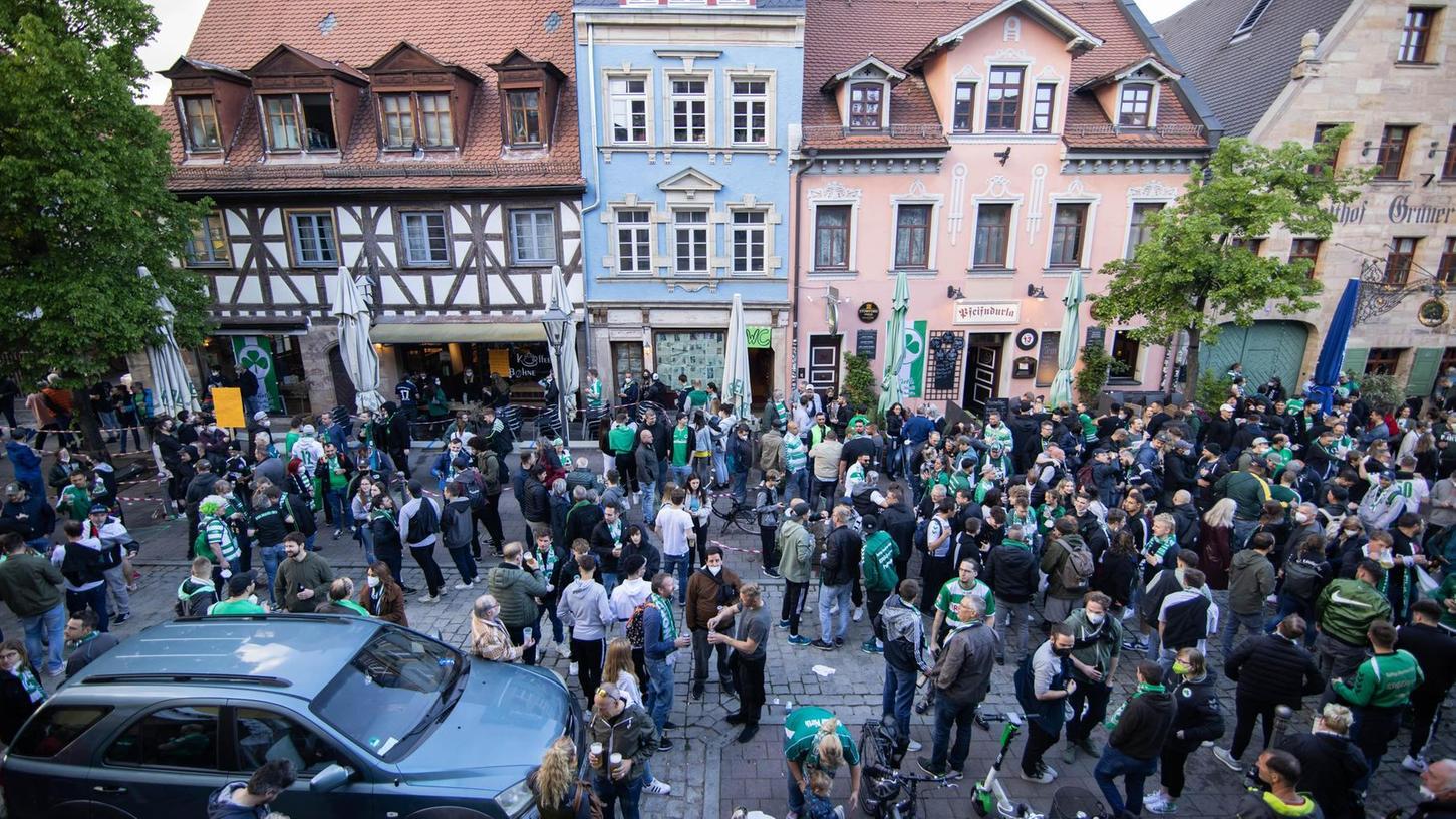 Es waren Bilder wie dieses, die gemischte Reaktionen hervorriefen: Fans feierten den Aufstieg in der Gustavstraße, viele davon ohne Maske.