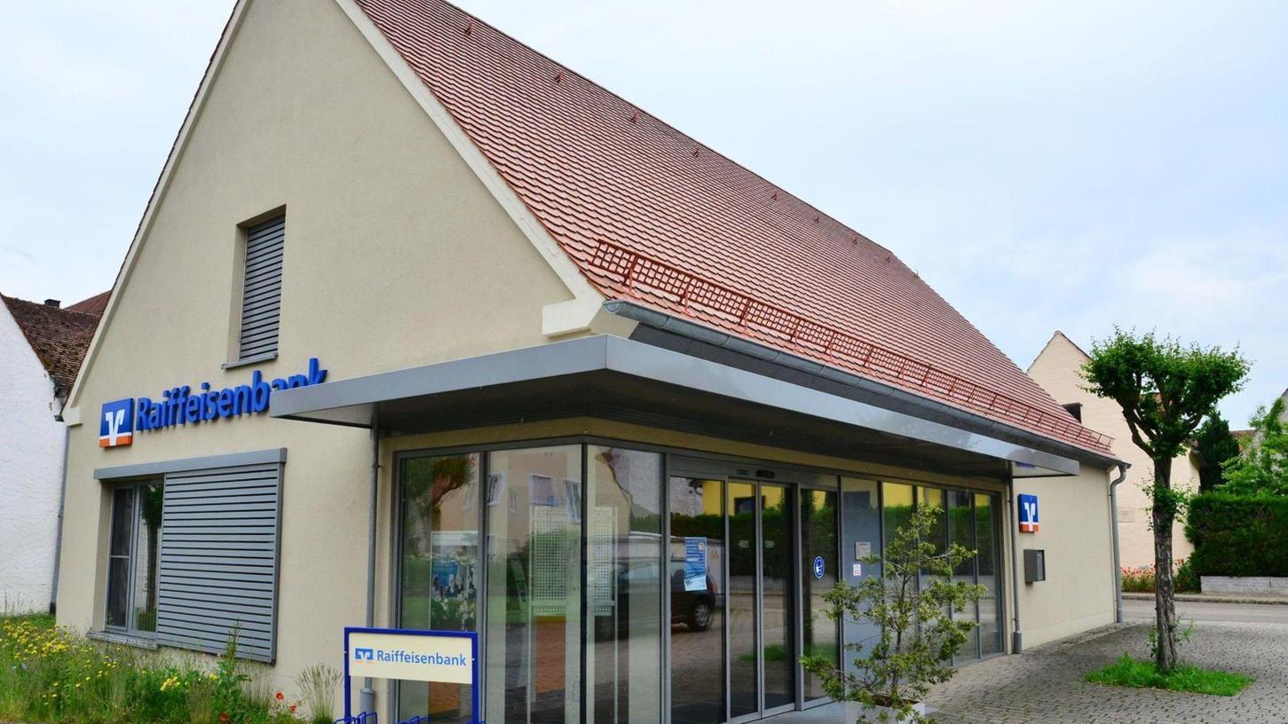 Die Raiffeisenbank will zum Jahresende unter anderem die Filiale in Stopfenheim schließen. Das veränderte Kundenverhalten und die anhaltende Niedrigzinsphase ließen keine andere Wahl, betonen die Verantwortlichen der Bank.