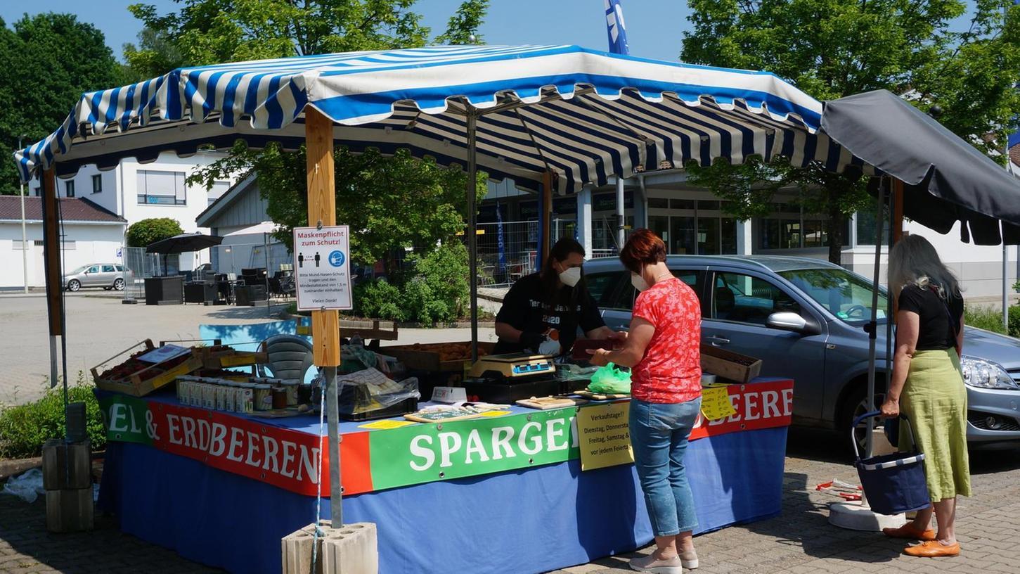 Dieser Pegnitzer Verkaufsstand steht richtig: Spargelverkäuferin Maria Schriefer verkauft seit knapp zehn Jahren auf dem Parkplatz des Dänischen Bettenlagers das weiße Edelgemüse, dazu noch Kartoffeln und Erdbeeren.
